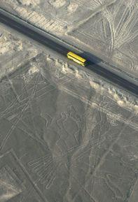 Un autobús pasa ante las líneas de los geoglifos de Nazca por la carretera Panamericana, en Perú.