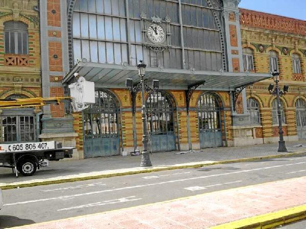Trabajadores-ultimando-las-obras-de-la-estacion. Almería