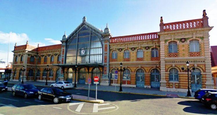 Visión general de la fachada urbana de la histórica terminal ferroviaria almeriense. Fuente: Vía Libre