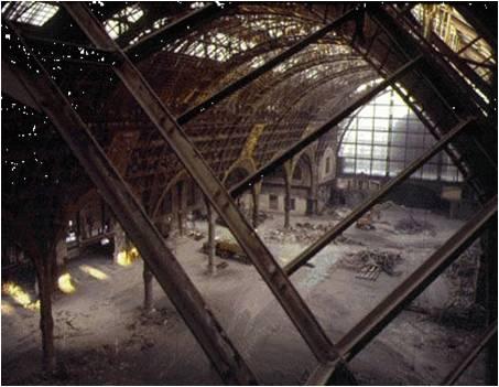 Vista Interna de la Antigua estación d´Orsay en  la década de 70. Verse el estado de abandono pero a la vez la integridad de la estructura metálica.  Fuente: Jim Purcell.