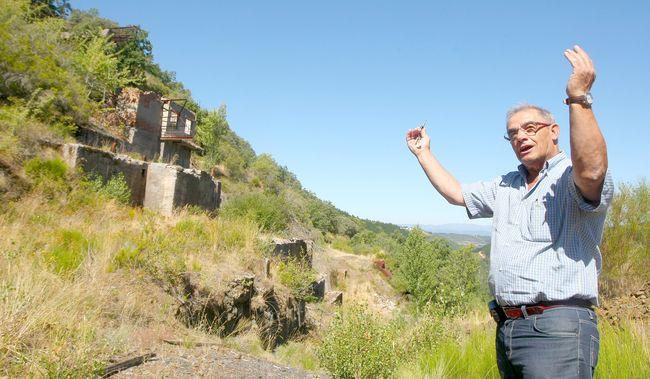 El secretario de la Junta de Onamio muestra los restos del antiguo horno. (Foto: César Sánchez)