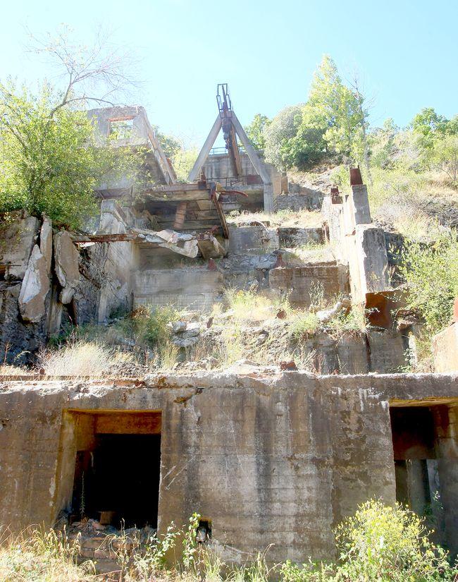 Restos de la antigua planta de tratamiento de mineral de hierro. (Foto: César Sánchez)