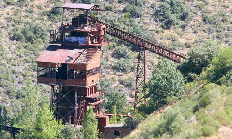 Estado actual del antiguo horno de calcinación de hierro de Onamio, para el que la Junta Vecinal de la localidad pide su recuperación y protección como patrimonio industrial. (Foto: César Sánchez)