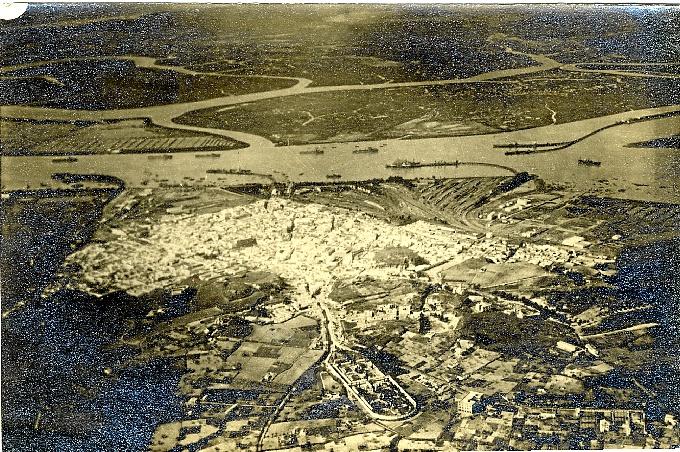 Panorámica de la ciudad y el puerto de Huelva hacia el primer cuarto del siglo XX. De izquierda a derecha: Muelle de Rio Tinto, Muelle Sur, Muelle Norte y Muelle de Tharsis con sus dos ramales. Fotografía: Archivo Histórico Provincial de Huelva.