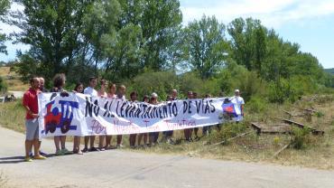 Patrimonio ferroviario_la_pancarta_fue_sostenida_por_un_veintena_de_personas_de_cbezon_castrillo_y_salas-_levantamiento_vias