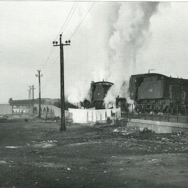 La máquina tiene problemas con los carriles deslizantes para empujar el tren de mineral hasta el embarcadero. Autor: Jeremy Wiseman.