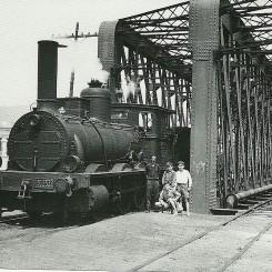 El maquinista disfrutaba de una pausa para almozar junto al ría Guadalmedina el 20 de abril de 1961, al lado de la línea de vía estrecha a Coín y Fuengirola. Antor: Jeremy Wiseman