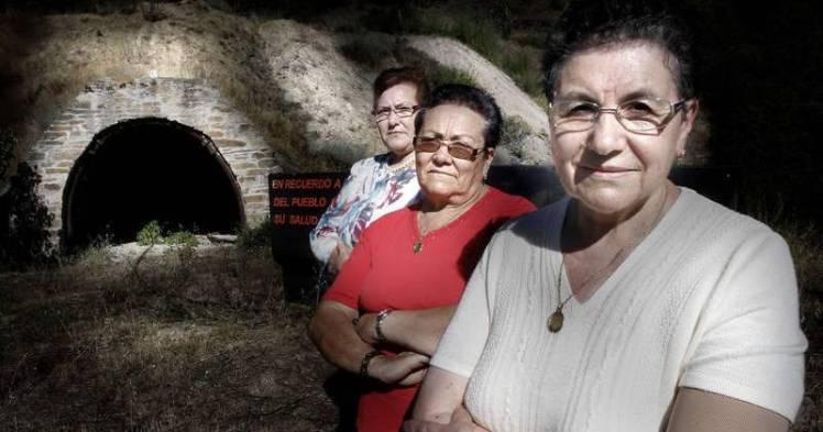 Aurora, Rosa y Josefa Viloria, tres hermanas de Santa Marina de Torre que trabajaron en las minas en los años 50. Entraron con 14 años y salieron al casarse. Foto: Bruno Moreno