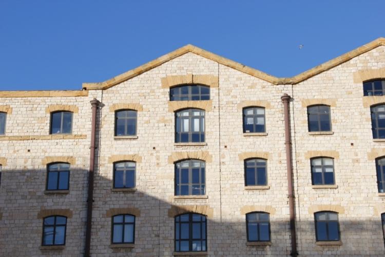 Detalle de la fachada de los antiguos almacenes - Les Docks. Rehabilitación y reconversión de los antiguos Docks del barrio de la Joliette. Fuente: Patricia Ferreira Lopes.