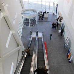 Vista interior del edificio, en el mirador, planta superior mirando hacia la recepción en la entrada del edificio. © Patricia Ferreira Lopes