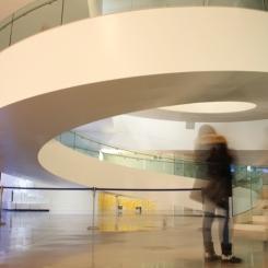 Vista interior del edificio, en la planta inferior - sótano - rampa de acceso para la entreplanta. © Patricia Ferreira Lopes