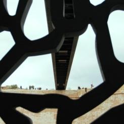 Vista desde un pasillo interno del museo mirando hacia la pasarela que conecta con la fortaleza de Saint Jean. Patricia Ferreira Lopes